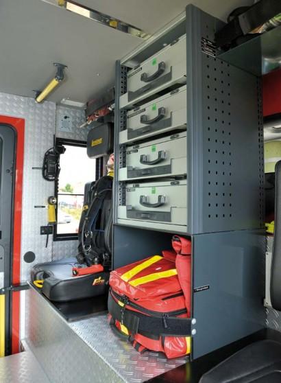 Action-Tower mit Werkzeugkoffern und Erste-Hilfe-Rucksack