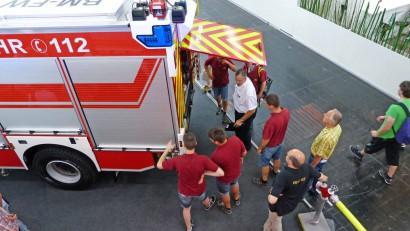 Feuerwehrleute-interessieren-sich-fuer-Lentner-Fahrzeug.jpg