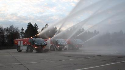 Flugfeldloeschfahrzeuge-geben-Wasser-Salut.jpg