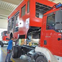 Aufbau wird auf Fahrgestell aufgesetzt