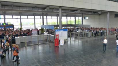 Interschutz-Besucher-warten-auf-Messe-Eroeffnung.jpg