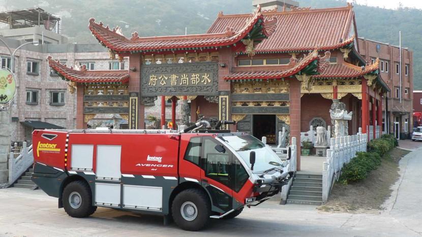 Lentner-FLF-in-Taiwan-vor-Tempel.jpg