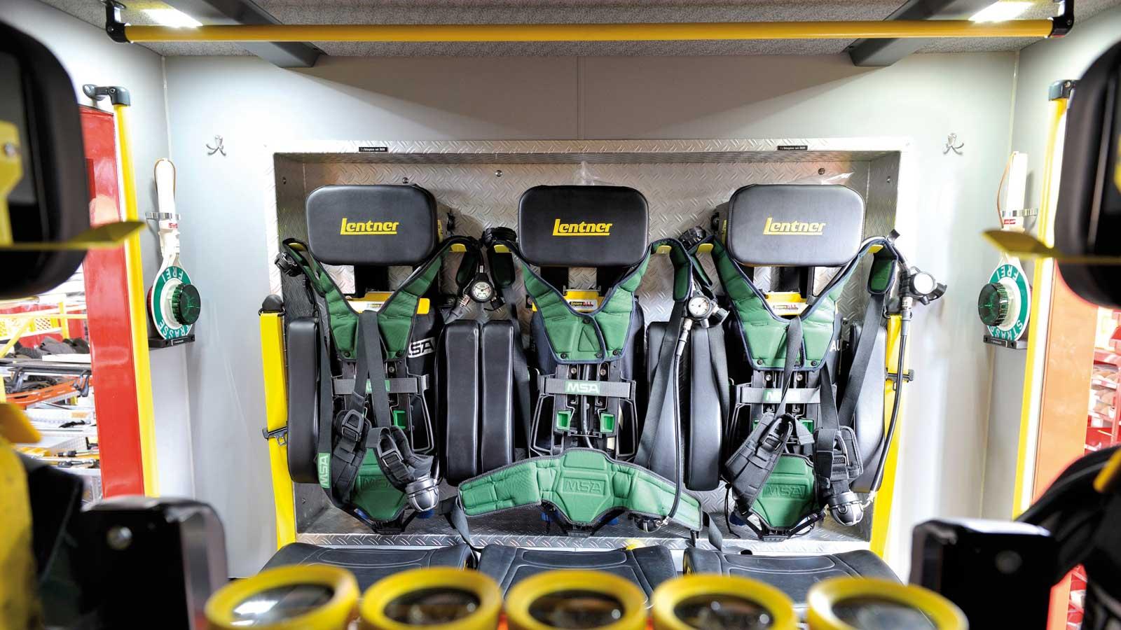 Rücksitzbank mit drei Atemschutz-Sitzen.